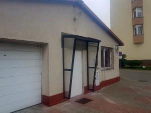 administracja - wiatrołap na wejściu do budynku