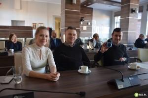 Iwona Korytkowska z mężem i prezes Marcin Kussowski ze świnką skarbonką :)