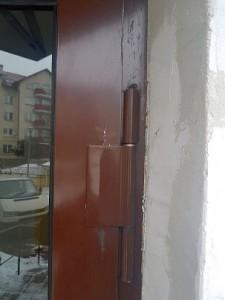 Rokicka 20B uszkodzone drzwi